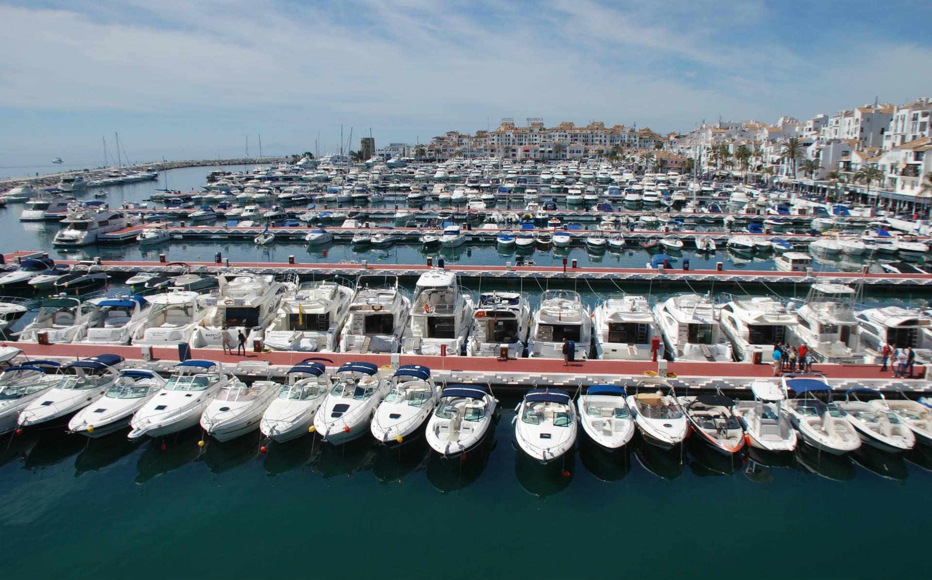 Lujo, ostentación y glamour al sur de Europa: Puerto Banús persiste entre los puertos deportivos más caros