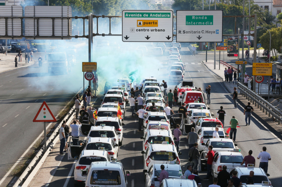 Más de dos mil taxistas colapsan Málaga contra la liberalización del sector