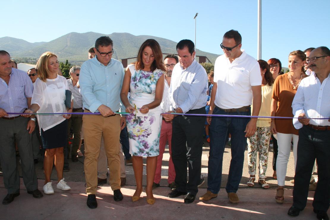 La alcaldesa de Alhaurín Grande, Toñi Ledesma, inaugura el nuevo césped del campo municipal Miguel Fijones