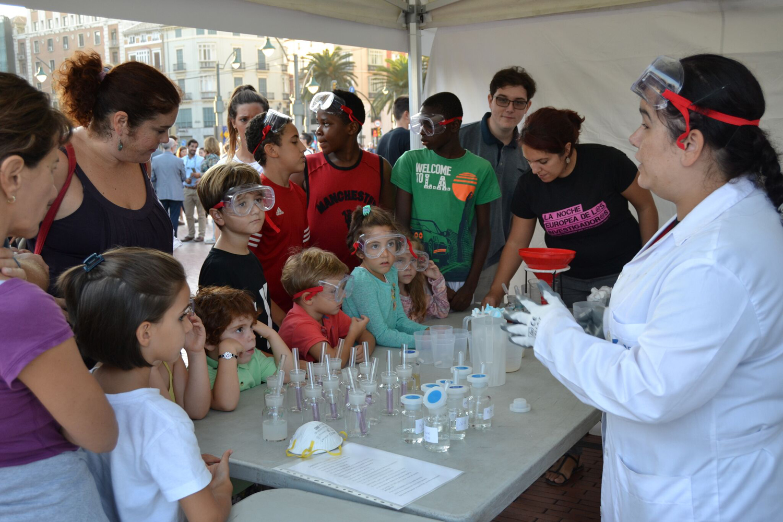 Miles de personas se citan con la ciencia en 'La Noche Europea de los Investigadores' de Málaga