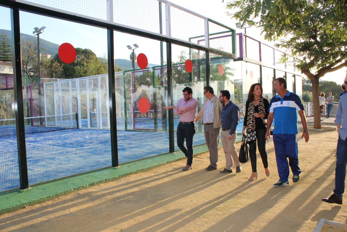 La alcaldesa Toñi Ledesma visita las mejoras en las tres pistas de pádel del Polideportivo Municipal