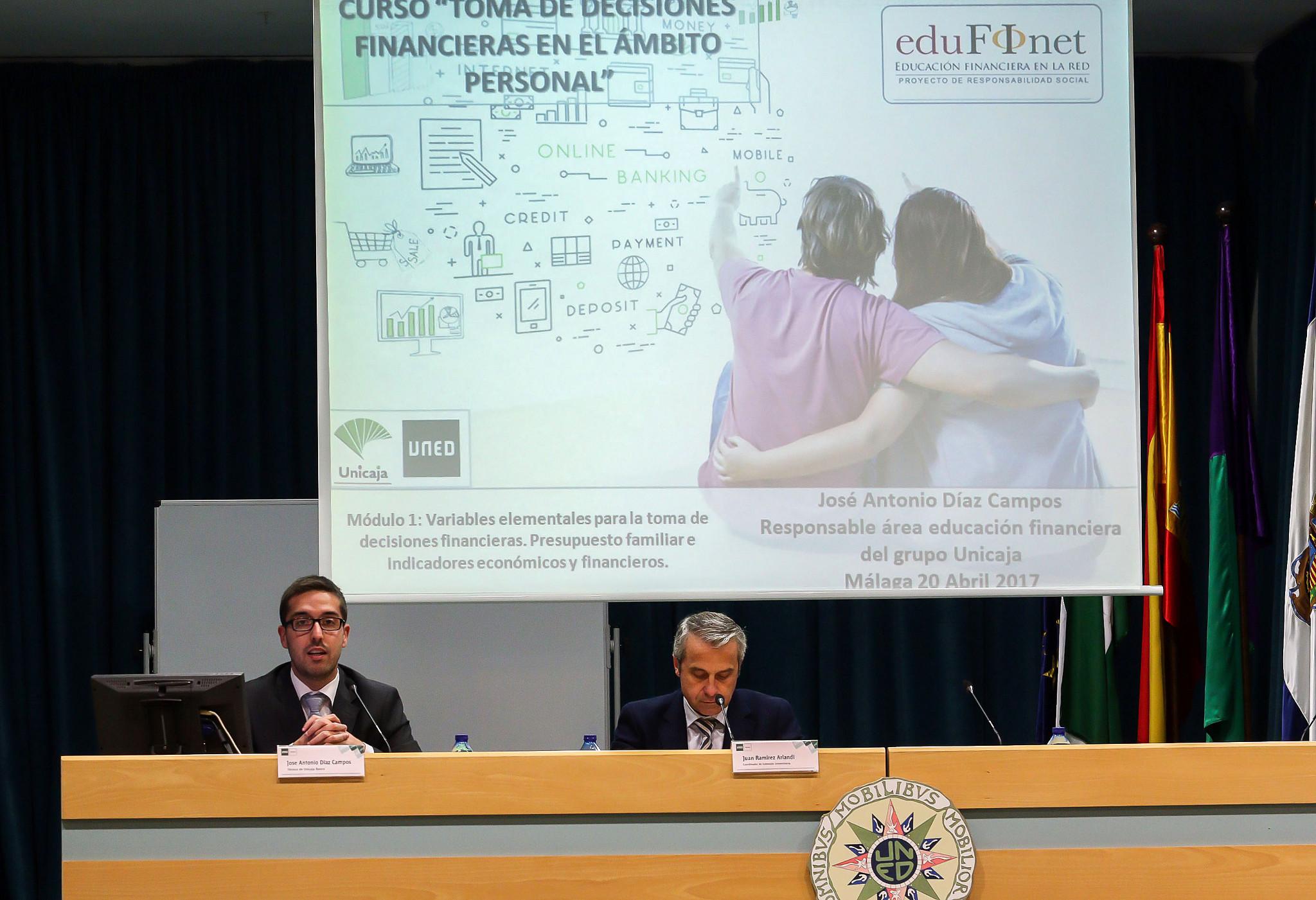 Unicaja facilita a más de 300 universitarios de la UNED de Málaga y de la UAL las claves para desenvolverse con autonomía en el ámbito financiero