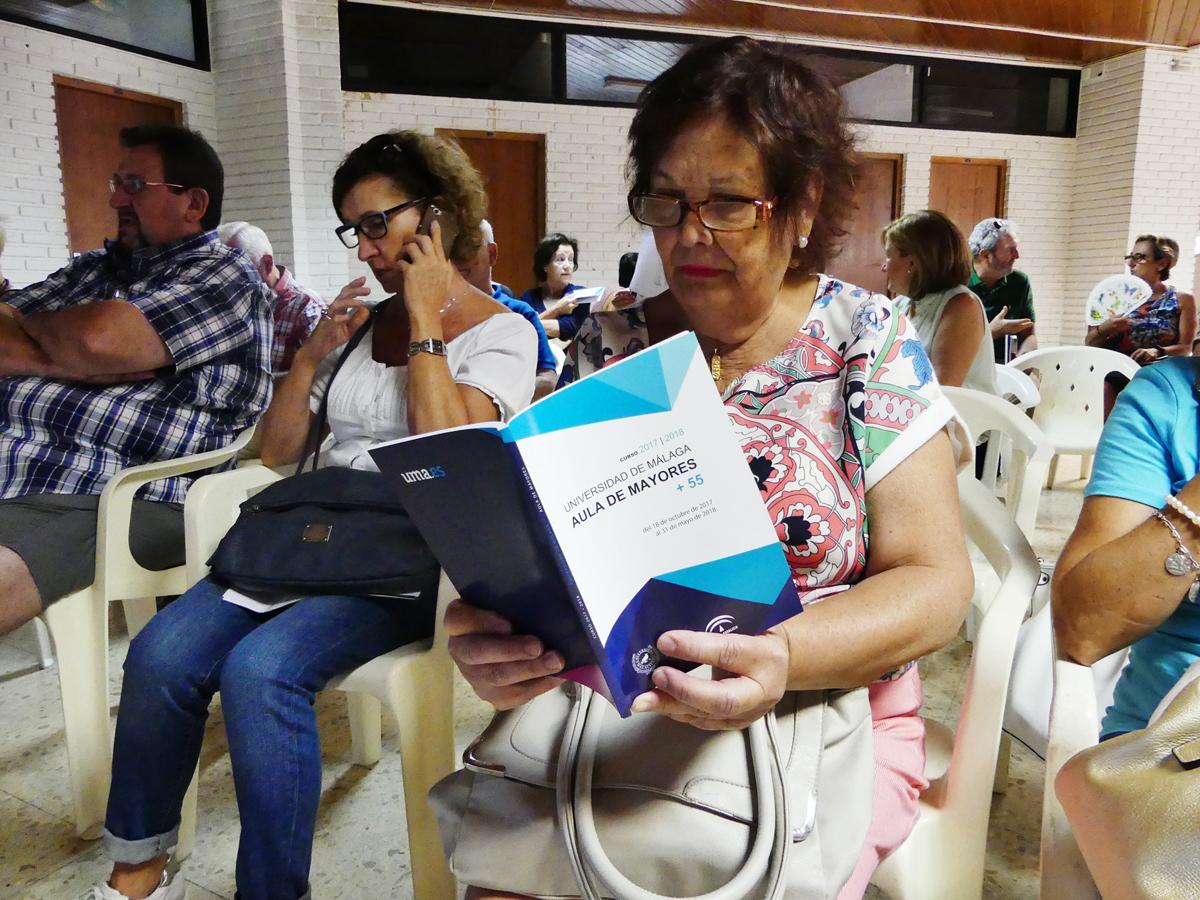 Un centenar de personas se inscriben en el Aula de Mayores +55 en el primer día de matrícula