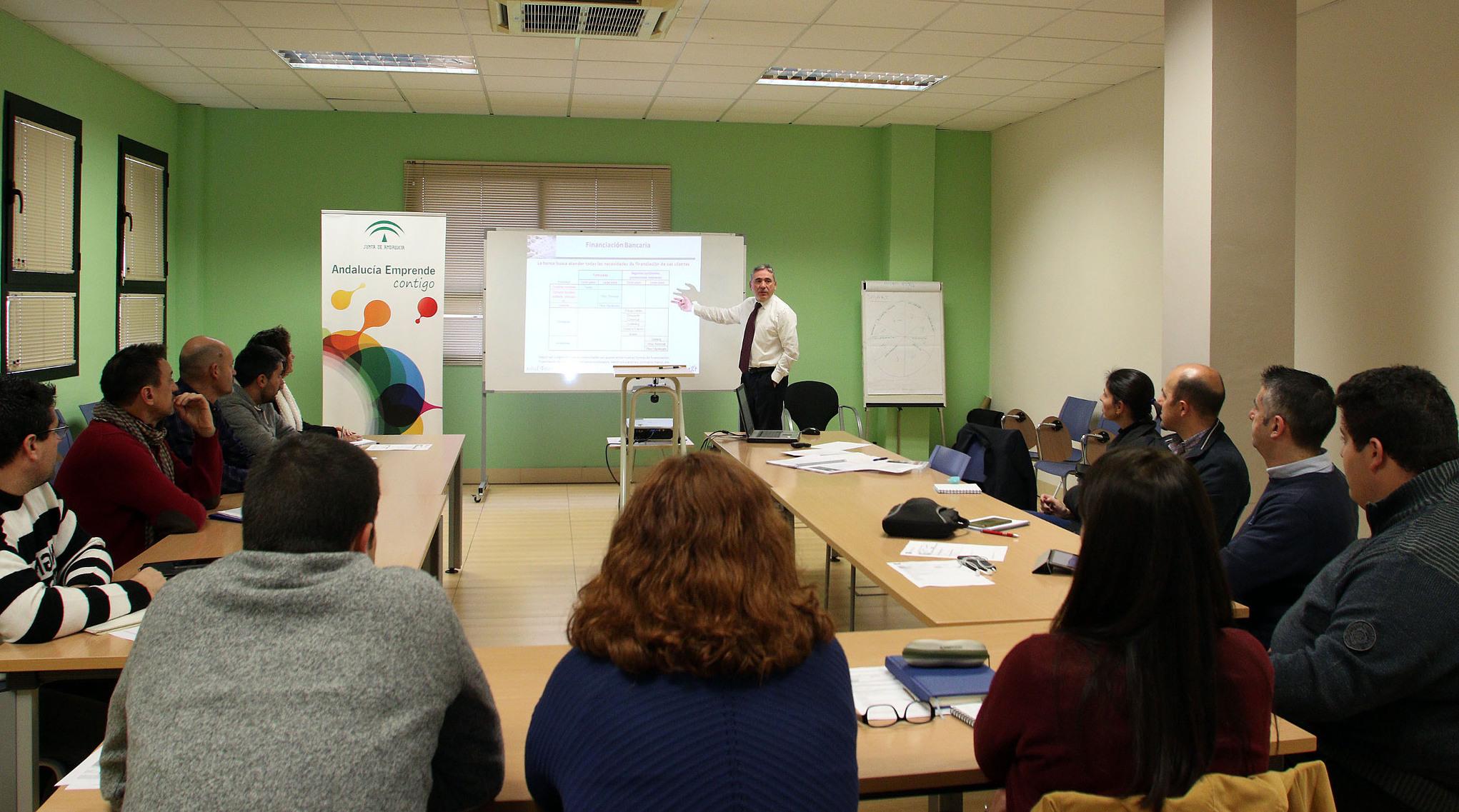 Unicaja imparte un taller sobre financiación a los emprendedores alojados en el CADE del PTA