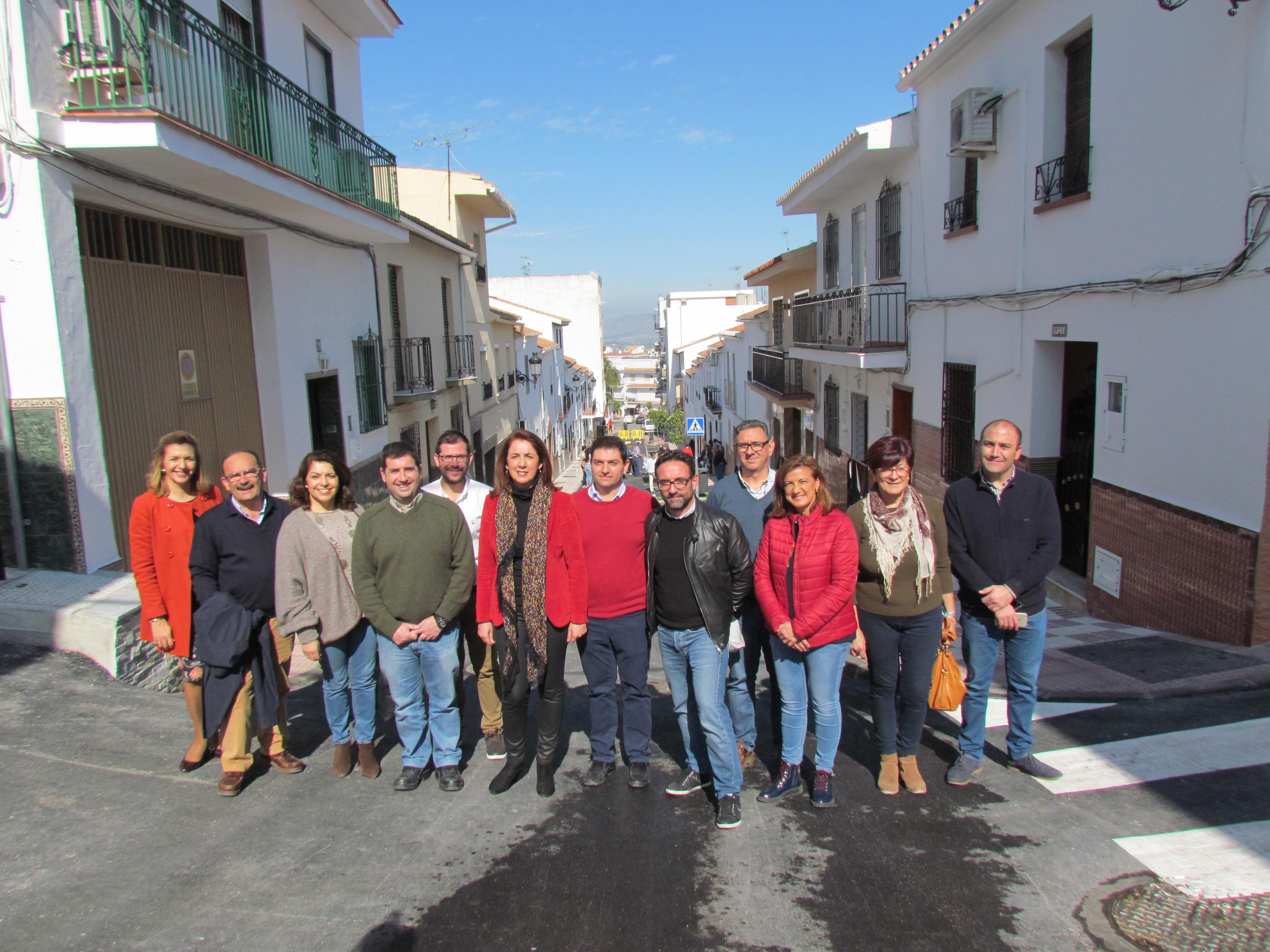 La alcaldesa visita el segundo tramo de Calle Fuengirola, en Alhaurín el Grande, que ya  se abre al tráfico.