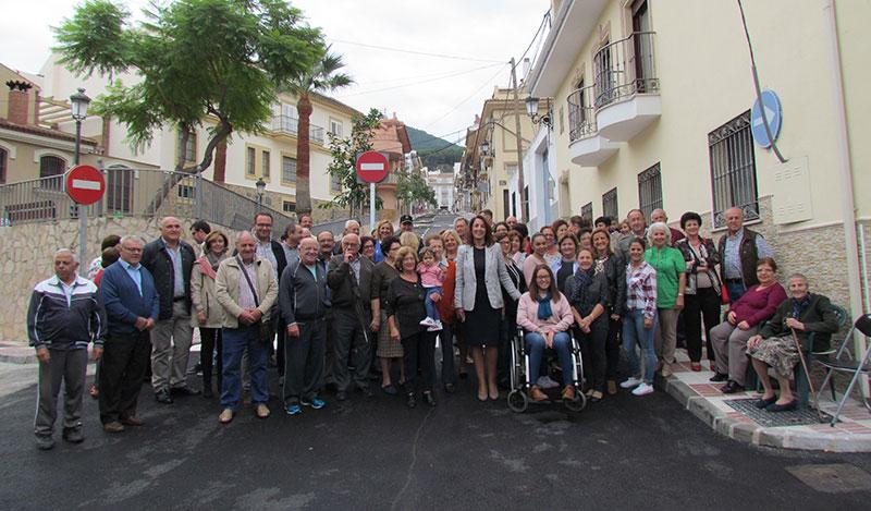 La alcaldesa de Alhaurín el Grande preside la apertura de calle Fuengirola tras su remodelación integral