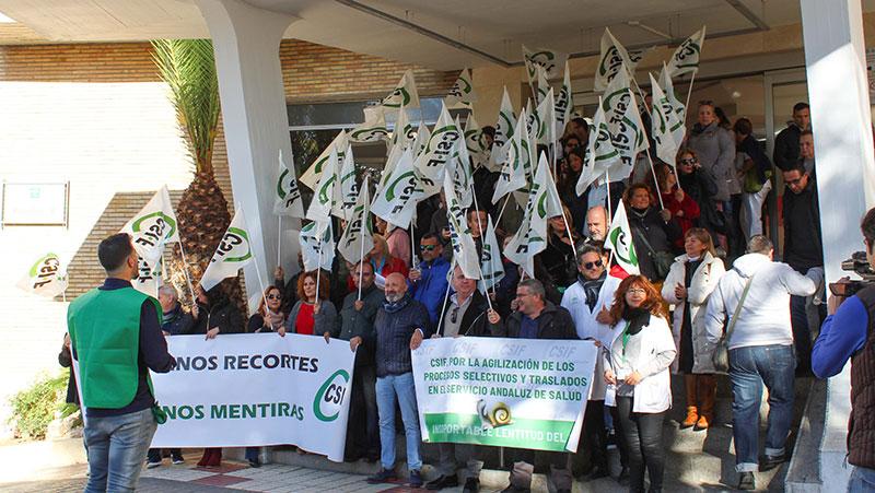 CSIF Málaga se concentra en el Hospital Regional contra la parálisis que padece el SAS y que afecta a miles de profesionales