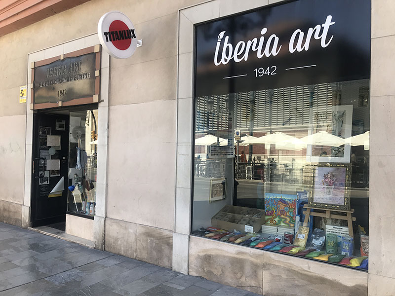 """Lucas Martínez, gerente de Iberia Art: """"El pequeño comercio en el centro incomoda a las administraciones"""""""