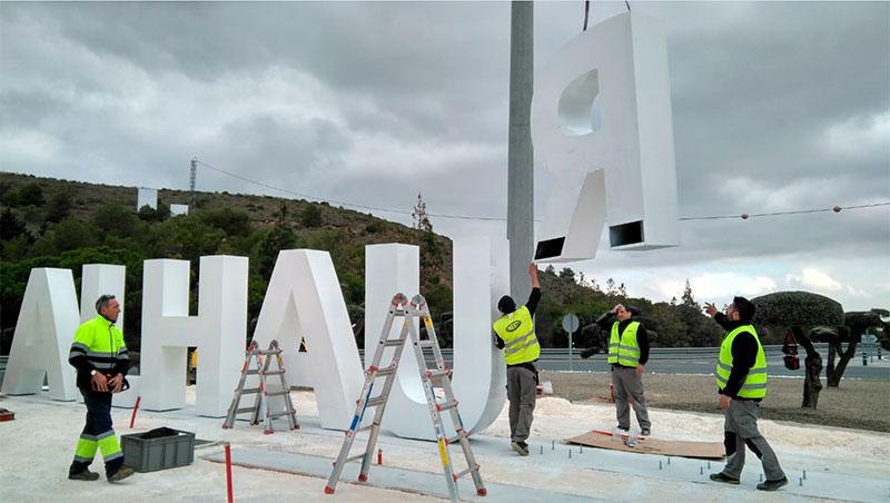 Se instala un gran monolito que dará la bienvenida en la rotonda de la Ventilla en Alhaurín El Grande
