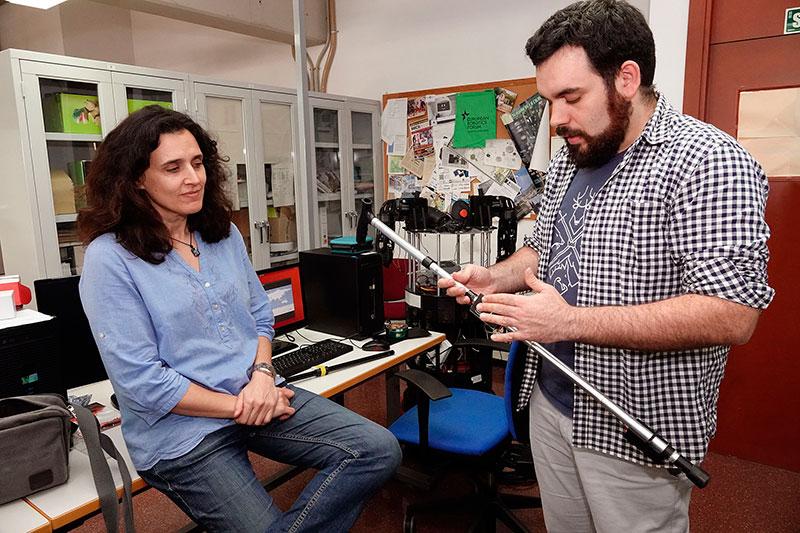 Un bastón mecanizado diseñado en la UMA mide el proceso de rehabilitación de un paciente sin que lo note