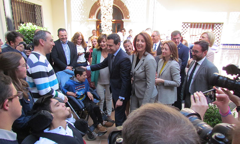 La Alcaldesa de Alhaurín el Grande, Toñi Ledesma, recibe en el Ayuntamiento al presidente de la Junta de Andalucía en visita oficial