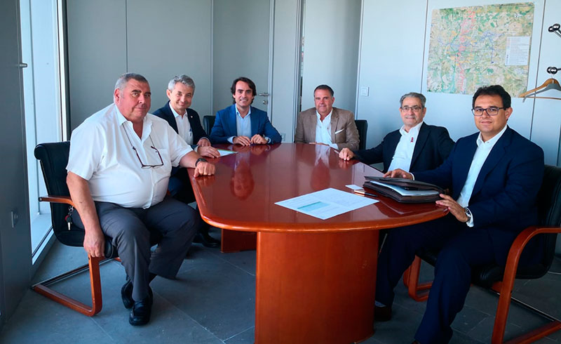 Las empresas de transporte y la Junta de Andalucía estudian nuevos servicios que potencien las conexiones del interior con la costa en agosto