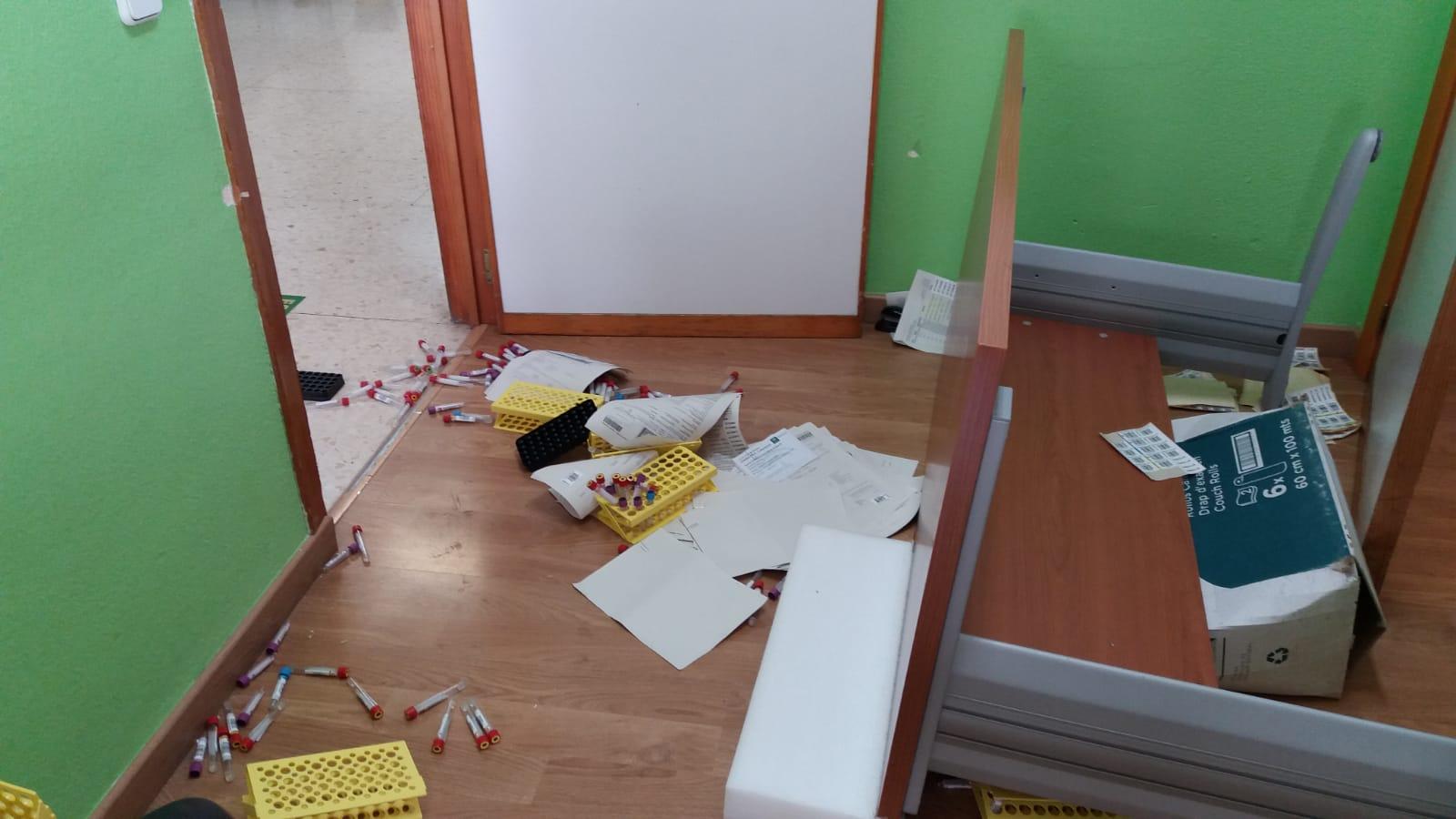 Un paciente amenaza con matar al personal de un centro de salud tras destrozar sus instalaciones