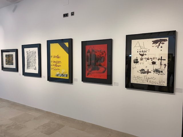 Se inaugura la exposición de la obra gráfica del artista Antoni Tàpies en la Biblioteca Municipal