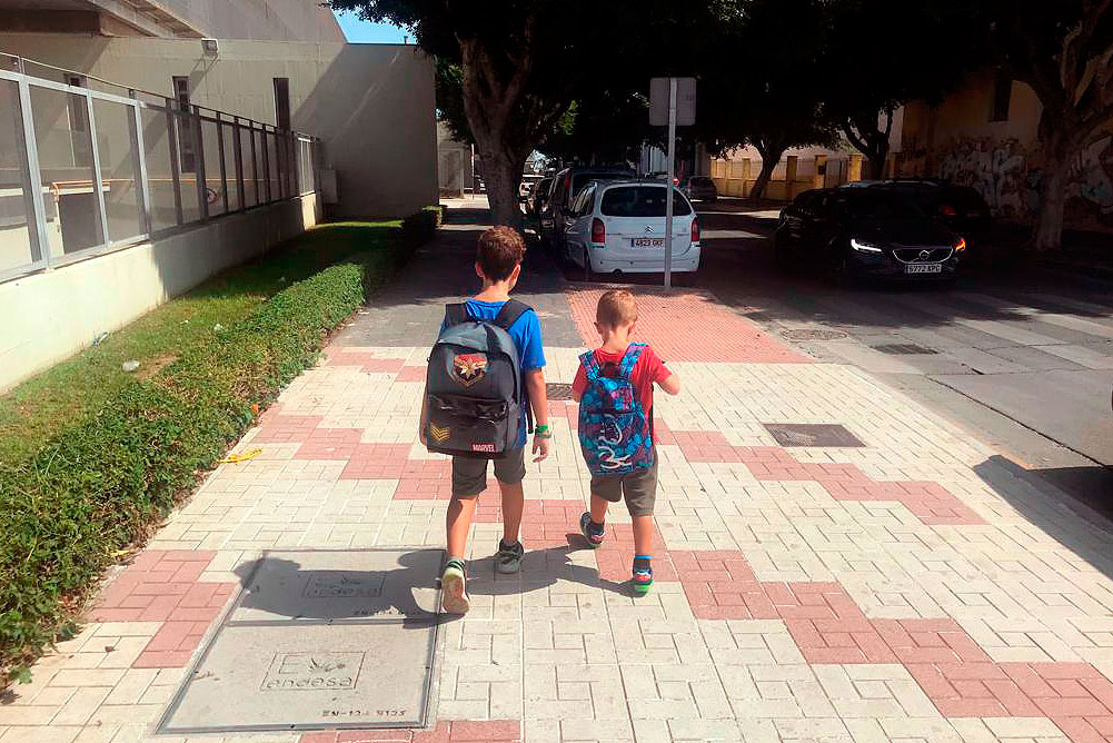 Investigadores de la UMA analizan cómo el peso de la mochila de un niño influye en su forma de caminar