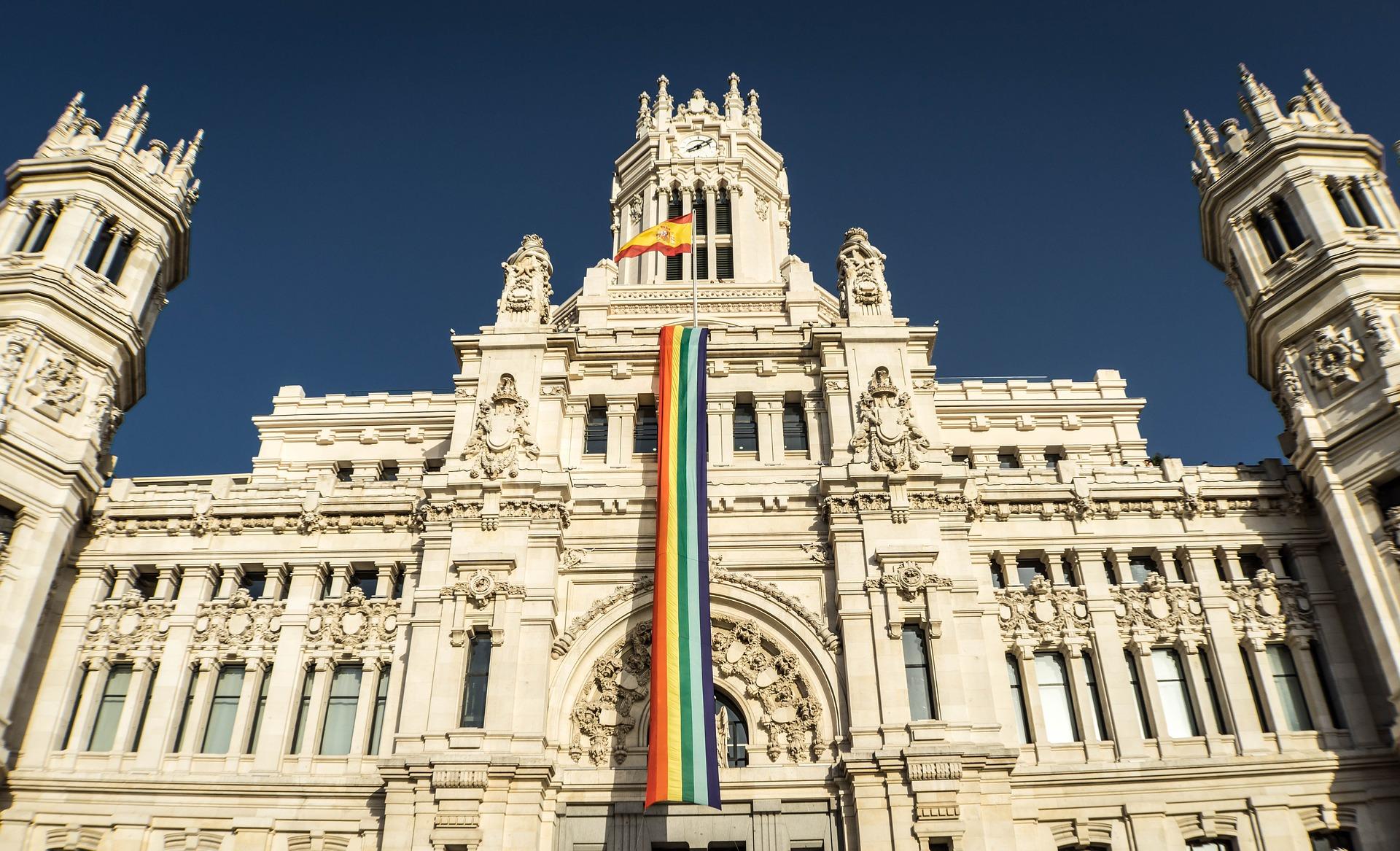 El Instituto de Política Social presenta ante la Delegación del Gobierno de Madrid una denuncia exigiendo la inmediata aplicación de la ley de banderas y retirada de banderas LGTB de la administración pública