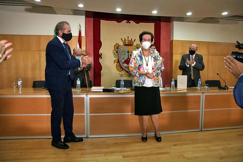 El Colegio de Abogados de Málaga presenta un libro sobre sus 244 años de historia y entrega la Medalla de Honor a María Pepa Lara