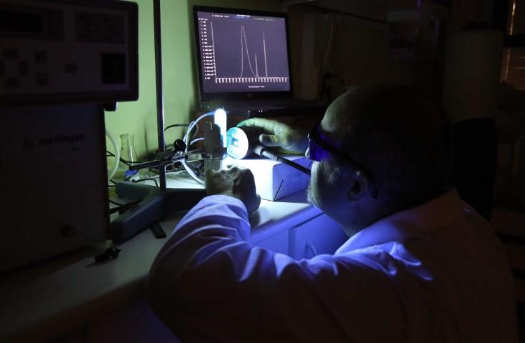 """Desarrollan una """"calculadora de melanina"""" que determina la pigmentación cutánea que produce la luz azul"""