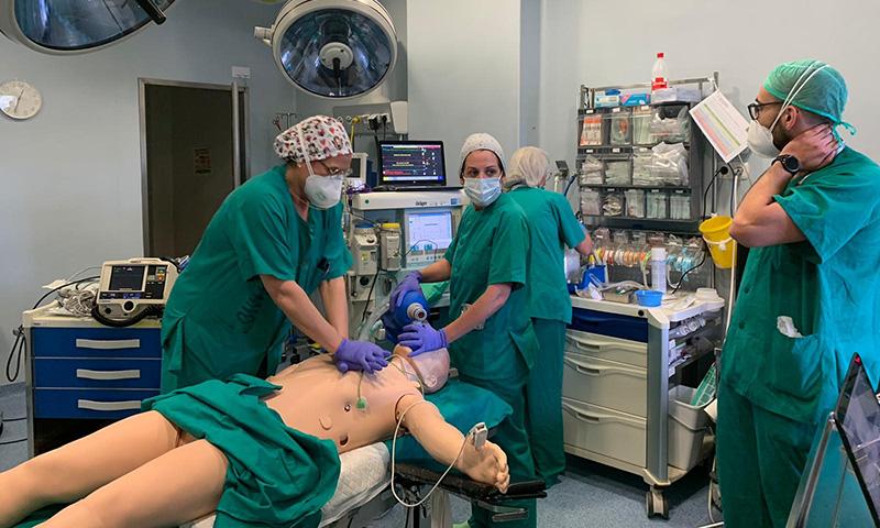 Profesionales del área Quirúrgica del Hospital Virgen de la Victoria entrenan sus capacidades con simulación robótica de última generación