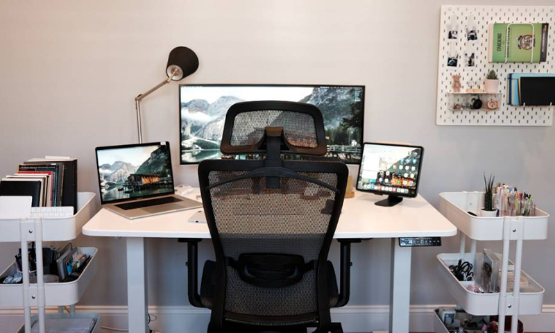 He aumentado mi tiempo de trabajo frente al ordenador con videoconferencias. ¿Qué consejos de ergonomía debo aplicar? Judit Girón Carrasco. Grupo ANP