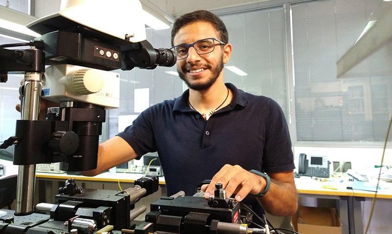 Un doctorando de la UMA consigue un premio en un concurso europeo con un proyecto sobre fotónica